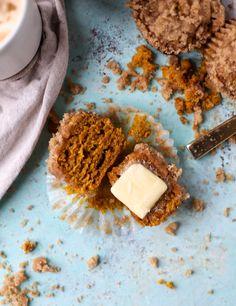 pumpkin chai crumble muffins I howsweeteats.com