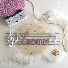 Loane e partitura Knitting Projects, Crochet Projects, Spool Knitting, Deco Kids, Crochet Stars, Name Banners, Wire Art, Crochet For Kids, String Art