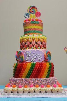 torta de fiesta con caramelos y golosinas