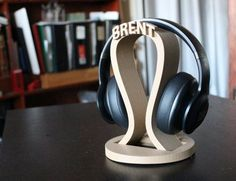 DIY Headphone Stand - Build a cool headphone hanger to get your over-the-ear headphones off your desk and keep them safe when you're not using them. Want to build them? Well we have some DIY Headphone Stand Ideas for you. Diy Headphone Stand, Headphone Holder, Headset Holder, Gamer Gifts, Tech Gifts, Diy Gifts, Xmas Gifts, Gifts For Husband, Fathers Day Gifts