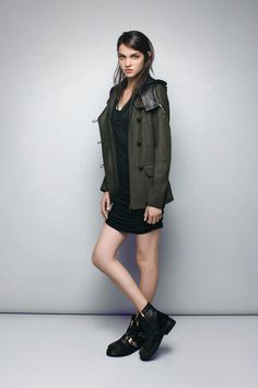 Mini vestido negro con borcegos y abrigo de paño. Ayres.