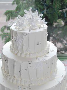 冬は真っ白のデコレーションに雪の結晶を飾って、ロマンティッィなケーキに♪ 季節感を意識すると、見た目と味の両方でオリジナリティーを出せますよ。