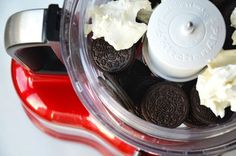 Free up your oven with a recipe for quick and easy no-bake Oreo cookie pops dipped in chocolate. No Bake Oreo Cake, Oreo Cake Pops, Cookie Pops, Raspberry Smoothie, Apple Smoothies, Oreos, Salty Cake, Baking Tins, Cake Tins
