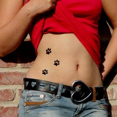 Tattoo pattes de chat sur le ventre. Réalisé avec petit pochoir de peau et encre cosmétique.