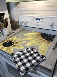 Made this today! Sunflower Paintings, Noodle Board, Western Homes, Craft Corner, Handmade Home Decor, Cutting Boards, Wood Projects, Noodles, Farmhouse Decor