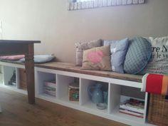 Bank bij de tafel, gemaakt van 2 expedit kasten van Ikea, tevreden met het resultaat