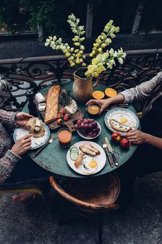 Visit Zurich & Food Zurich Travel Archive - Our Food Stories Picnic Dinner, Date Dinner, Picnic Box, Breakfast Photography, Food Photography, Breakfast Casserole, Breakfast Recipes, Brunch Recipes, Suiza Zurich