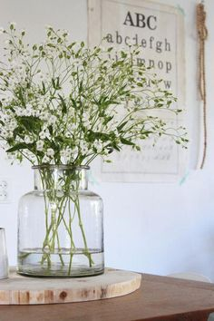 Baby's breath – Ik kocht afgelopen week een grote bos zeepkruid op de markt. Wil… Baby's breath – I bought a large bunch of soap herb on the market last week. Do you also want a beautifully filled vase on the table quickly, easily and cheaply? Rustic Wall Art, Rustic Walls, Deco Floral, Arte Floral, Home Decor Accessories, Decorative Accessories, Decorative Vases, Vases Decor, Centerpieces