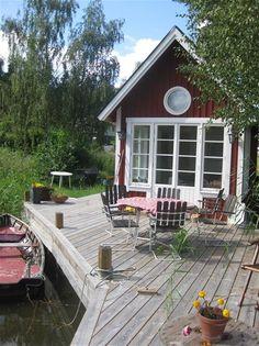 Bild eller fotografi Lakeside Cottage, Lake Cottage, Cozy Cottage, Swedish Cottage, Swedish House, Scandinavian Cabin, Summer Cabins, House Deck, Porches