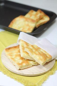 La focaccia alla genovese, simbolo e specialità della cucina ligure, viene servita come aperitivo, antipasto, spuntino o gustata già a colazione inzuppata nel cappuccino o nel latte.