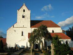 Dalby kyrka, Kyrkan anses vara den äldsta bevarade stenkyrkan på Skandinaviska halvön, grundlagd 1060. Dock återstår av denna äldre kyrka endast ett murparti i den södra mittskeppsmuren med en i en nisch inmurad pelare. Det mäktiga västtornet med den kryssvälvda hallen i bottenvåningen uppfördes i början av 1100-talet.