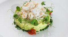 Салат с крабом и муссом из авокадо