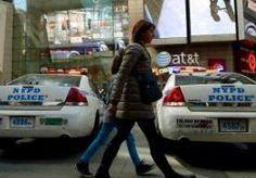 10-Nov-2013 10:46 - SCHIETPARTIJ OP IJSBAAN IN NEW YORK. Bij een schietpartij op een drukke openlucht-ijsbaan in New York zijn gisteravond laat twee gewonden gevallen. Zeker een van hen is met een ambulance afgevoerd, bericht de New York Times. Volgens een ooggetuige schaatste een man naar een andere man, trok een pistool en schoot. Daarop brak paniek uit; zeker vijftig aanwezigen lieten zich op het ijs vallen. Anderen vluchtten de tent in waar schaatsen werden verhuurd of renden weg op...