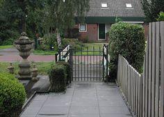 Looppoorten Berkenrode (2). Looppoort, poort van metaal maatwerk. De poort is vaak een aanvulling op het sierhekwerk in de voortuin, tuin.