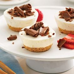 Mini is in! And these mini cheesecakes are perfect for sharing with friends! Why not top them off with your favourite fruit coulis? Mini Desserts, Sweet Desserts, Dessert Recipes, Mini Cheesecakes, Biscuits Graham, Chocolate Shavings, Baking Cups, No Cook Meals, Food Processor Recipes