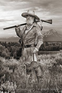 Mountain Man in the Grand Teton valley, setting traps and hunting along the streams and creeks. Western Comics, Western Art, Native American History, Native American Indians, Rocky Mountains, Mountain Man Rendezvous, Old West Photos, Westerns, Fur Trade
