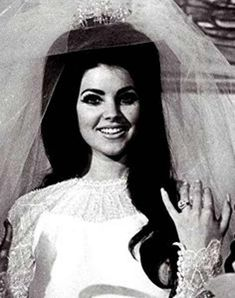 Priscilla Presley, on the day of her wedding to Elvis Presley. She is just stunning. Priscilla Presley Wedding, Young Priscilla Presley, Elvis Und Priscilla, Priscilla Queen, Elvis Presley Family, Lisa Marie Presley, Selena, Before Wedding, Looks Style