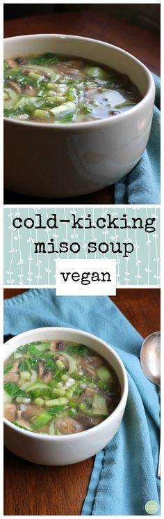 Esta sopa de miso-patadas frío es calmante para la garganta y el cuerpo. Está lleno de setas, col china, y el ajo. | cadryskitchen.com #vegan