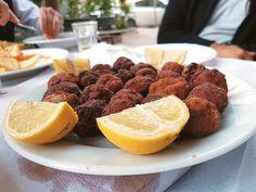 Πάντα πίστευα ότι στους καφενέδες της γειτονιάς, εκεί που το πρωί θα συναντήσεις τα παππούδια να πίνουν τον βαρύ γλυκύ τους και το βράδυ με ματς να γίνεται ο κακός αλαλαγμός από τις φανατικές αντροπαρέες, βρίσκεις το νοστιμότερο ελληνικό φαγάκι. Beef, Athens, Food, Meat, Essen, Meals, Yemek, Athens Greece, Eten