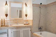 L'indispensable en matière déco et mobilier pour une salle de bain marocaine traditionnelle ou contemporaine. Idées, sélection shopping, conseils.