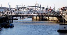 """""""Hamburg meine Perledu wunderschöne Stadtdu bist mein Zuhaus, du bist mein Lebendu bist die Stadt auf die ich kann..."""" Lotto King Karl, [Offizieller HSV-Song, inoffizielle Hamburg-Hymne]        Was ist an Hamburg so besonders? Was hat Hamburg, …"""