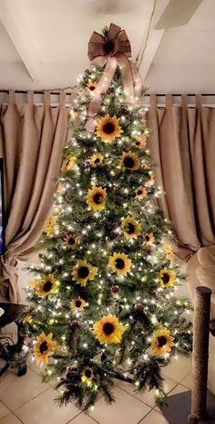 Sunflower Christmas Trees Are a Thing, and They're Just as Beautiful as You'd Expect You might associate bright and lovely sunflowers with Summer and Fall, but now they're a Christmas tree trend, and we gotta say . Fall Christmas Tree, Thanksgiving Tree, Christmas Trends, Christmas Tree Themes, Christmas Tree Toppers, Gold Christmas, Christmas Tree Ornaments, Christmas Wreaths, Xmas Tree