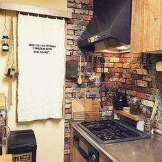 女性で、、家族住まいのめざせN.Yブルックリン/TRUCK/reenaaちん/rie_518ちゃん/mii..ちゃん♥︎…などについてのインテリア実例を紹介。「TRUCKのケトルを置くための棚をコンロ奥に作りました。 手作りでゆっくりだけど使いやすいキッチンに近づけたらいいなぁ。」(この写真は 2015-01-12 18:27:50 に共有されました)