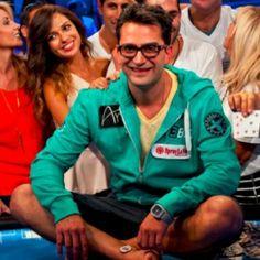 O que era um rumor foi confirmado por Antonio Esfandiari. Em uma entrevista ele confirmou que chegou a realizar a aposta que o proibia de ter relações sexuais durante um ano.