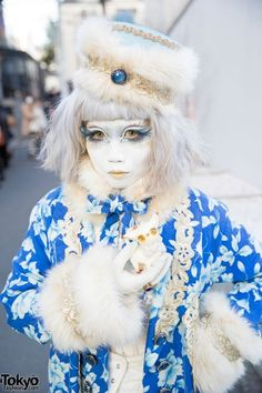 RT @TokyoFashion: Shironuri Minori in Blue & White Fashion w/ Faux Fur & Small Cat http://flip.it/q73Dz