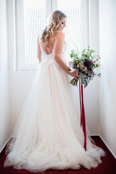Die Beratung unserer Bräute ist für uns eine pure Herzensangelegenheit. Wir lieben, was wir tun und können uns nichts Schöneres vorstellen als Dich auf der Suche nach Deinem perfekten Brautkleid zu begleiten und diesen einzigartigen Moment für dich zu einen zauberhaften Erlebnis werden zu lassen.  Neben traumhaften neuen Brautkleidern im angesagten Vintage- & Bohostil, findest Du bei uns auch zauberhafte Second-Hand-Brautkleider in vielen verschiedenen Stilrichtungen Moment, Wedding Dresses, Vintage, Fashion, New Wedding Dresses, Perfect Wedding Dress, Counseling, Search, Nice Asses