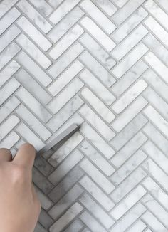 How We Choose : Grout for Tile - Room for Tuesday Marble Herringbone Tile, Marble Subway Tiles, Marble Mosaic, Black Grout, Grey Grout, Floor Grout, Coloured Grout, Black And White, Kitchens