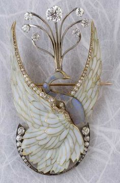 Philippe Wolfers - A rare Art Nouveau gold, silver, plique-à-jour enamel, diamond and opal brooch, this is made around It a Phoenix with its wings spread out Bird Jewelry, Enamel Jewelry, Sea Glass Jewelry, Jewelry Art, Antique Jewelry, Jewelery, Vintage Jewelry, Jewelry Necklaces, Jewelry Design