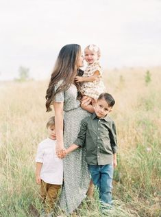 Casual Family Photos, Outdoor Family Pictures, Spring Family Pictures, Family Photos With Baby, Family Pics, Family Portrait Outfits, Family Posing, Summer Family Portraits, Outdoor Family Portraits