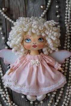 Купить или заказать Интерьерная текстильная кукла Ангел Мила. в интернет-магазине на Ярмарке Мастеров. Интерьерная текстильная кукла Ангел Мила. Нежный ангел с огромными глазами, цвета неба. В них целый мир и глубина бездны. Тугие локоны белых волос обрамляют нежное личико. Розовые крылышки принесут её в ваш дом. Текстильная кукла Ангел Мила может использоваться как интерьерная кукла, она по достоинству займет заметное место в вашем интерьере и станет его ярким акцентом. Расписана в…