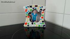 Met de knutselset Mozaïek fotolijstjes maken van de Action kunnen de kinderen 3 hele fleurige fotolijstjes maken voor weinig geld.