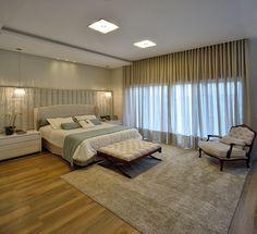 Quarto casal amplo com piso vinílico, cabeceira estofada com painel revestido com papel de parede, móveis complementares Sierra Móveis