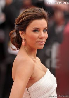 Brown Hair Colors Shes not desperate! Eva Longoria channels elegance in this stylish updo with a hint of a caramel shadeShes not desperate! Eva Longoria channels elegance in this stylish updo with a hint of a caramel shade Golden Brown Hair Color, Chocolate Brown Hair Color, Brown Hair Colors, Hair Colour, Chocolate Hair, Golden Hair, Celebrity Hairstyles, Up Hairstyles, Pretty Hairstyles
