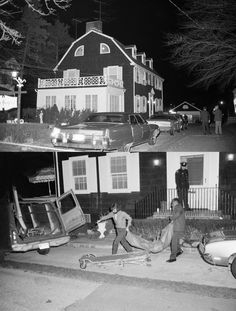 Police removing bodies from the Amityville house. On November 1974 Ronald DeFeo killed his father, mother, two brothers and two sisters in their home. His crimes were later made into a book and film named The Amityville Horror. that shit cray! Paranormal, Scary Stories, Ghost Stories, Scream, The Babadook, Foto Real, Vida Real, Haunted Places, Spooky Places