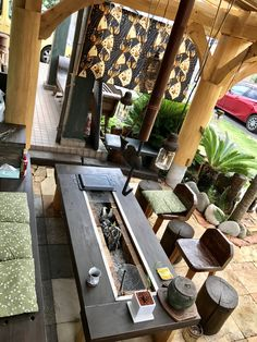 丸太小屋 囲炉裏 和テイストのアジアンリゾート Japanese Style House, Traditional Japanese House, Garden Wall Designs, Casa Patio, Indoor Trees, Cozy Backyard, Interior Garden, Cabin Design, Outdoor Living