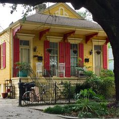 Shotgun double on Washington in New Orleans. New Orleans Architecture, Southern Architecture, New Orleans Homes, House In New Orleans, Small Buildings, Small Houses, Creole Cottage, Shotgun House, Hawaiian Homes