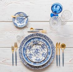 "Blue and gold forever love With our Blue Fleur de Lis Chargers + Blue Garden Collection Vintage…"" Casa de Perrin"