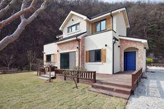 Am Fuße von Berg und Wald steht ein charmantes Landhaus, das sich harmonisch in die Natur einfügt und der Familie ein praktisches und komfortables Wohnen ermöglicht.
