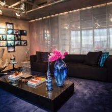 A cortina de franjas aparece novamente, agora em seda. O ambiente assinado pelo escritório Suite Arquitetos se destaca no projeto de iluminação.