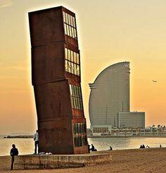 Barceloneta Beach - L'estel ferit i l'hotel Vela al fons Barcelona Bars, Barcelona Catalonia, Barcelona Architecture, Modern Architecture, Barceloneta Beach, Cities, Antoni Gaudi, Parcs, Spain Travel