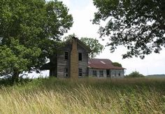 Old Farm House. I wish I could walk through them and get a feel of the life that onced lived there Abandoned Farm Houses, Old Abandoned Buildings, Abandoned Property, Old Farm Houses, Abandoned Mansions, Old Buildings, Abandoned Places, Abandoned Castles, Haunted Places