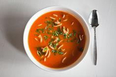 At lave en tomatsuppe er på ingen måde nogen stor udfordring. En helt igennem simpel ret med gode smagsoplevelser, som kan tilberedes på kort tid. Den smager i sig selv, men det kan være en god idé…