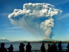 Pessoas observam de Puerto Varas, no Chile, a coluna de cinzas e lava do vulcão…