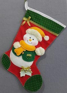 Linda Meia decorativa de Natal com boneco de neve. Feita em feltro com cores que vão alegrar o ambiente e despertar o espirito natalino. Pode ser colocado na porta, na parede ou ao lado da árvore para receber os presentes.