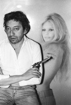 Alors voila Clyde a une petite amie Elle est belle et son prenom C'est Bonnie A eux deux ils forment Le gang Barrow Leurs noms Bonnie Parker et Clyde Barrow