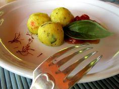 Crocchette di patate, miglio e verdure ai pistilli di zafferano. Io le ho accompagnate con una salsa di pomodoro e basilico ma anche un'insalata croccante o delle verdure saltate andranno benissimo!!  http://cucinaresuperfacile.com/cucinaresuperfacile/crocchette-di-patate-senza-glutine-ai-pistilli-di-zafferano/